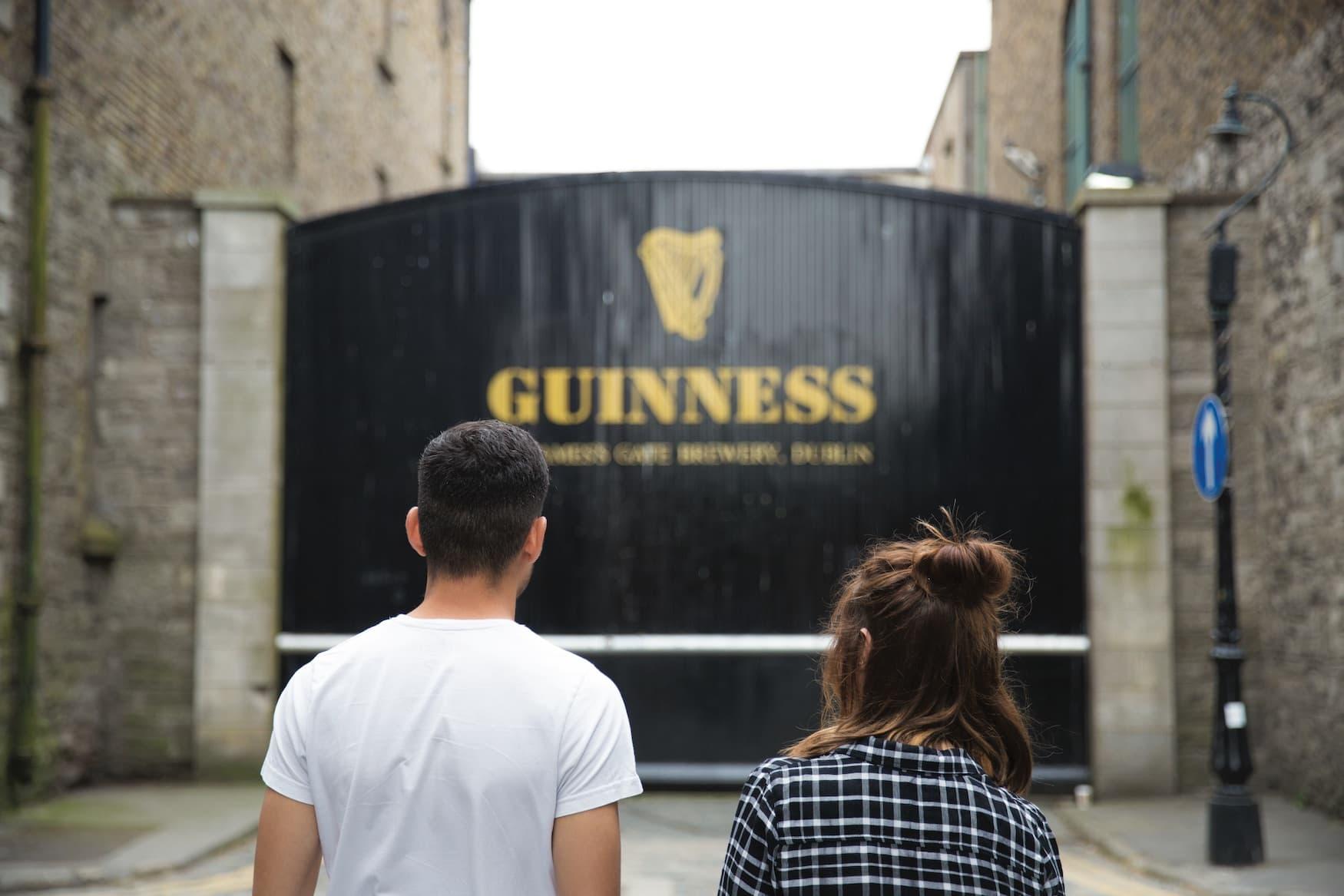 Junges Pärchen vor den Toren der Guinness Brauerei in Dublin