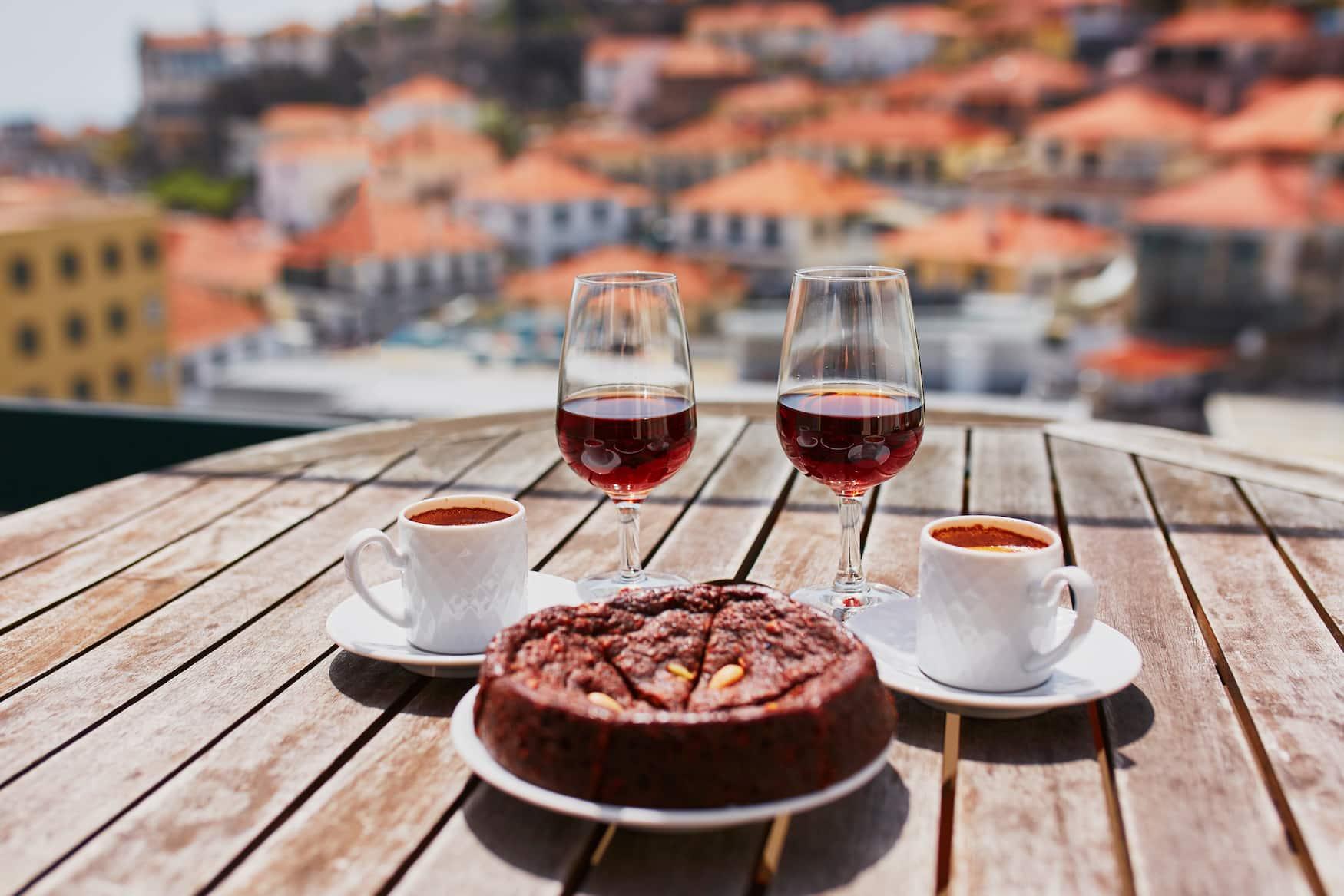 Zwei Gläser Wein, Kaffee und Kuchen mit Blick auf Funchal, Madeira