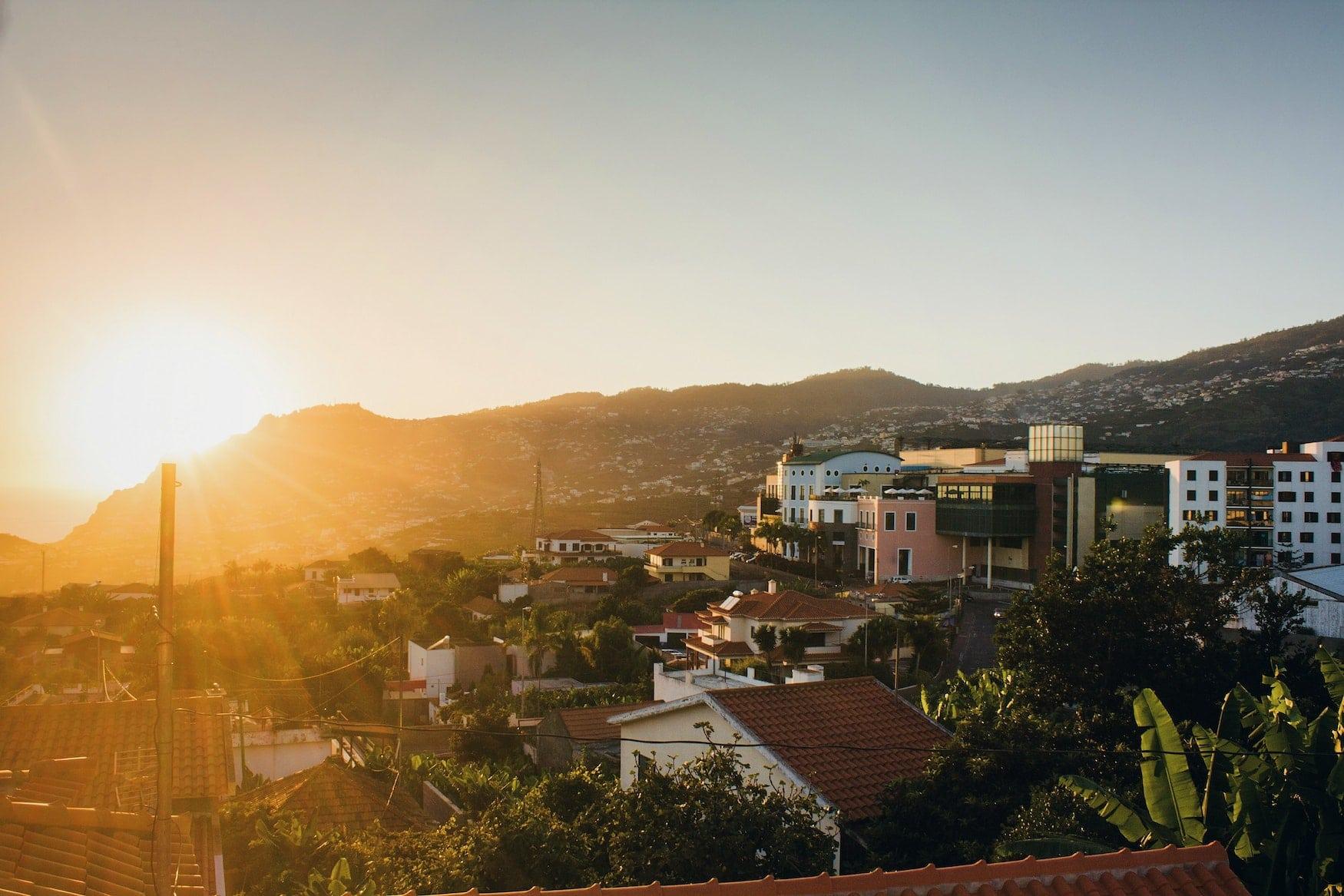 Sonnenuntergang über der Stadt Funchal