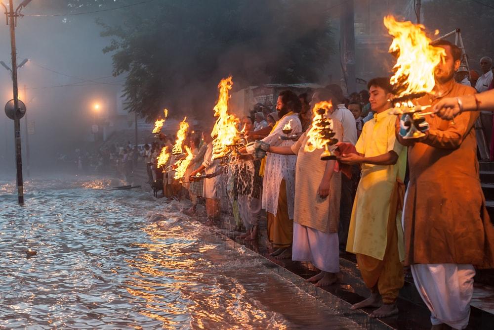 rishikesh feuerzereomie- indien-erlebnisse