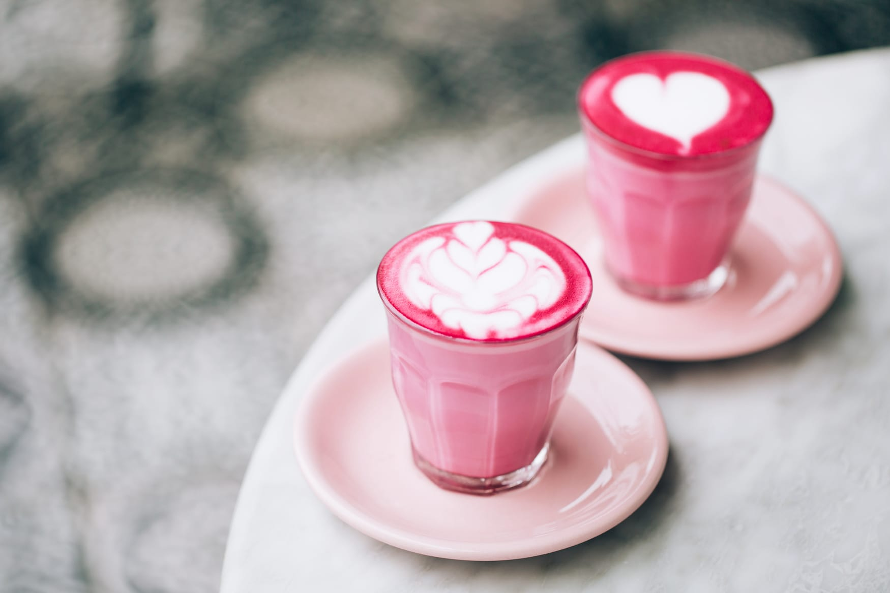 Traniger Rote Beete Latte serviert in einer Kaffeerösterei in Baden-Württemberg
