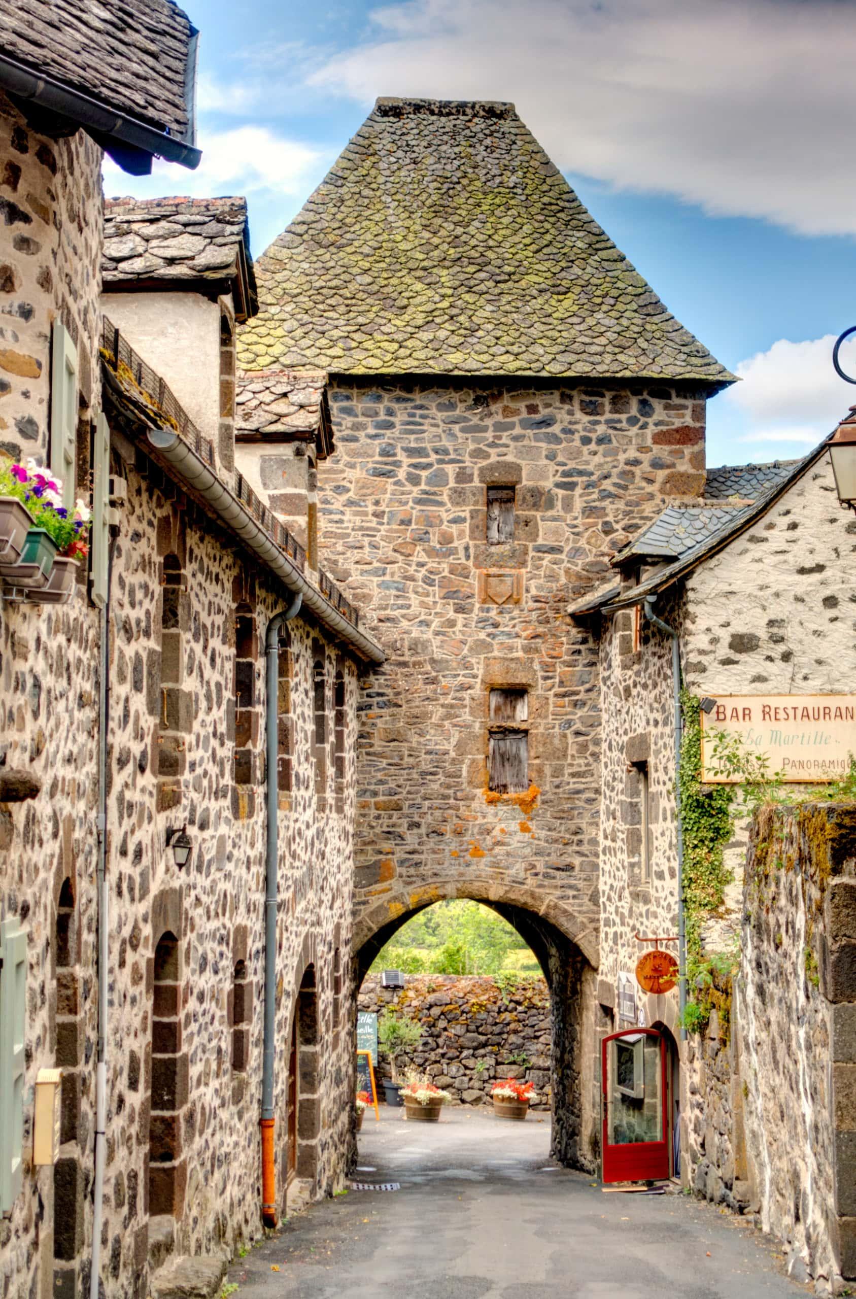 Schmale Gasse in Salers, einem französischen Dorf