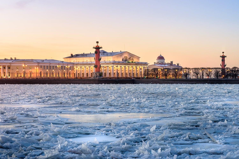Flussufer von Sankt Petersburg, Russland