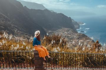 Touristin genießt die Aussicht über Küstenabschnitt