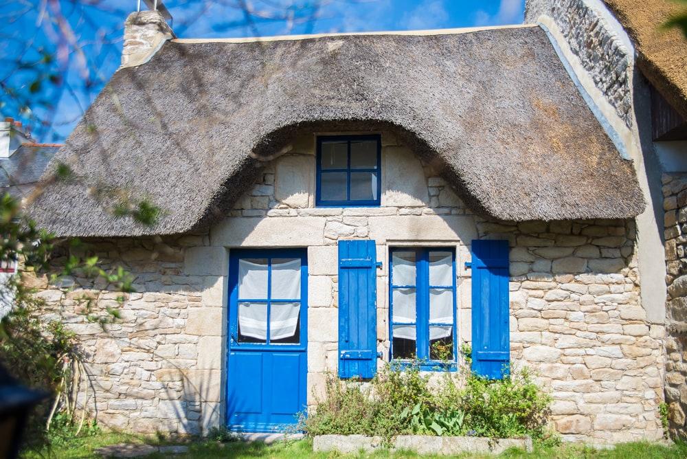 Haus in der Bretagne mit blauen Tür- und Fensterrahmen