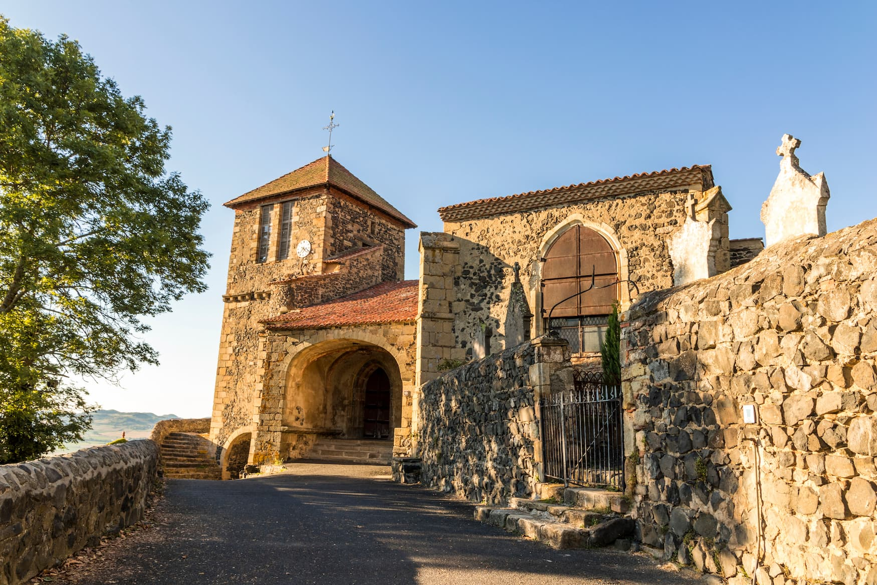 Kirche St. Maurice in Usson, Auvergne, Frankreich