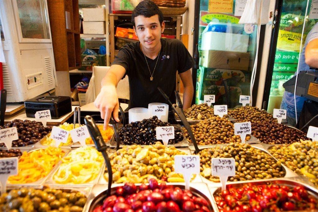 Verkäufer auf einem Wochenmarkt in Tel Aviv