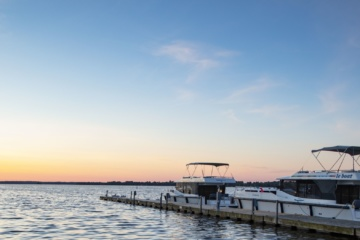 Le Boat Horizon am Westport Marina Pier am Big Rideau Lake bei Sonnenuntergang