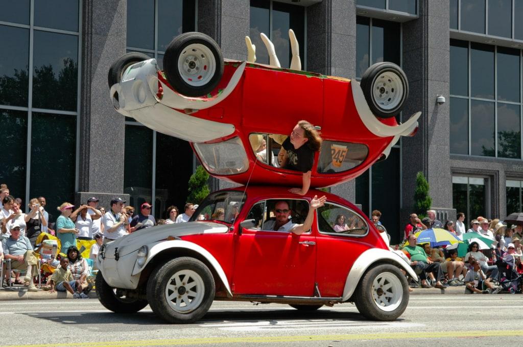 Bei der Art Car Parade in Houston fährt so manches verrückte Gefährt mit.