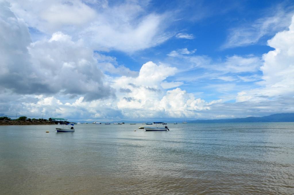 Boote vor der Ora-Halbinsel