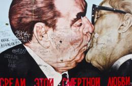 Breschnew und Honecker beim Kuss