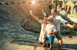 Familie beim Selfie in Rom