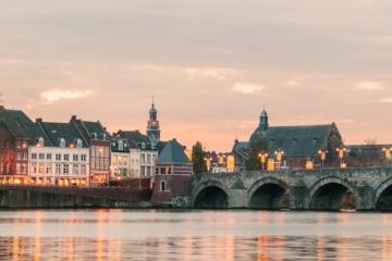 Skyline von Maastricht: das Stadtbild am Ufer der Maas bei Sonnenuntergang