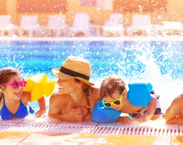 Familie hat Spaß im Pool