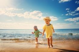 Urlaubsstress für Eltern: Kinder am Strand