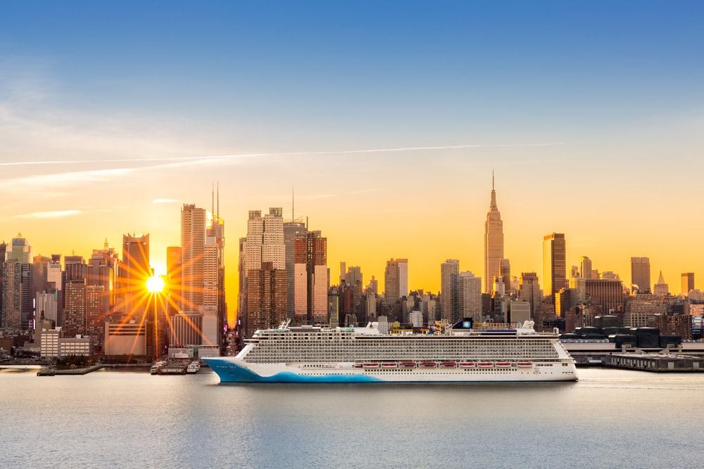 Kreuzfahrt-Schiff auf dem Hudson River in Manhattan