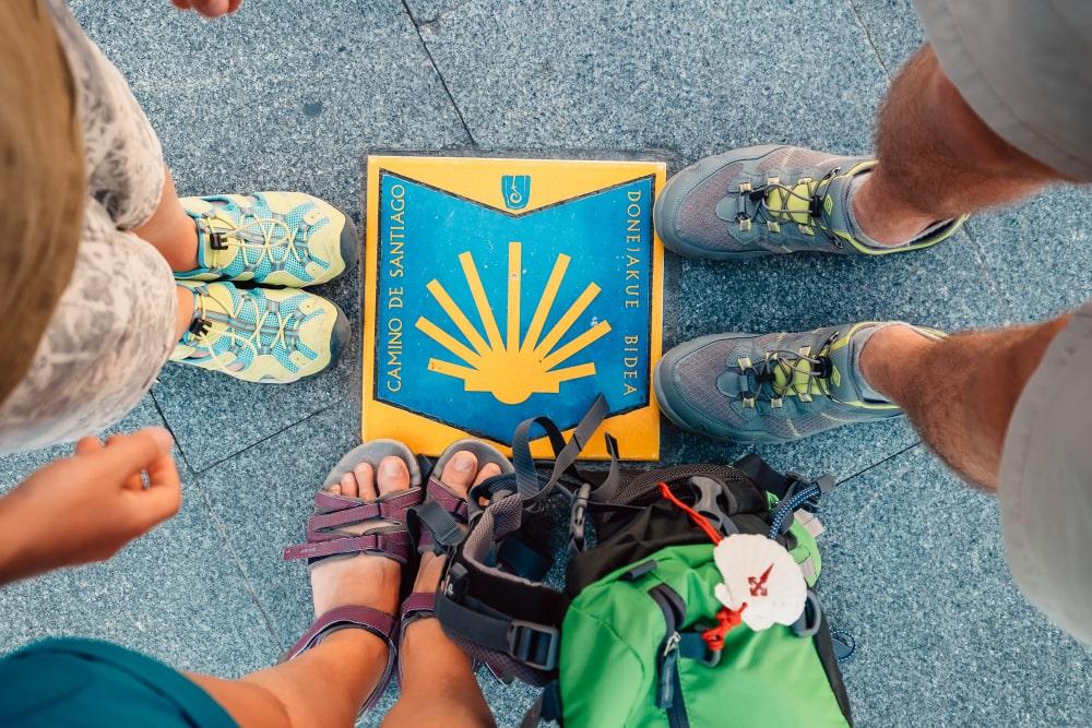 Füße von Pilgern am Startpunkt in Bilbao