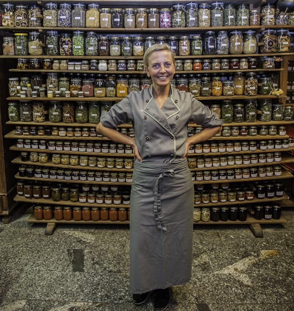 Restaurant Onkel Taa - Janett, die mittlere Koechin eine passionierte Kraeuterfachfrau