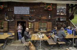 Gompm Alm, engagiert betrieben von Inhaber Helmuth Gufler, liegt im Hirzer-Wanderparadies