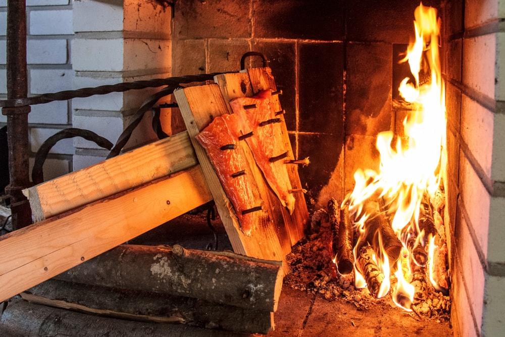 Finnischer Räucherlachs über Flamme