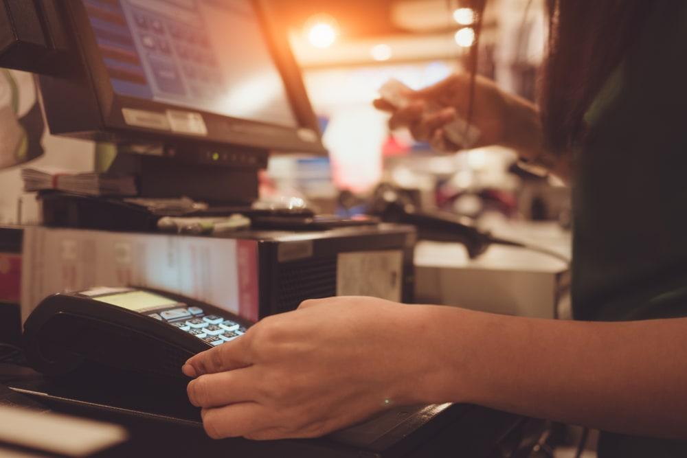 Verkäuferin mit Kreditkarte in der Hand