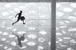 Ein Mann rennt durch den Flughafen. Ist das ein Dieb, der das Urlaubsportemonnaie geklaut hat?
