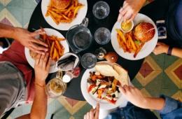 Freunde beim Burger essen im Restaurant