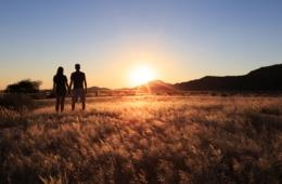 Paar in Wüste von Namibia