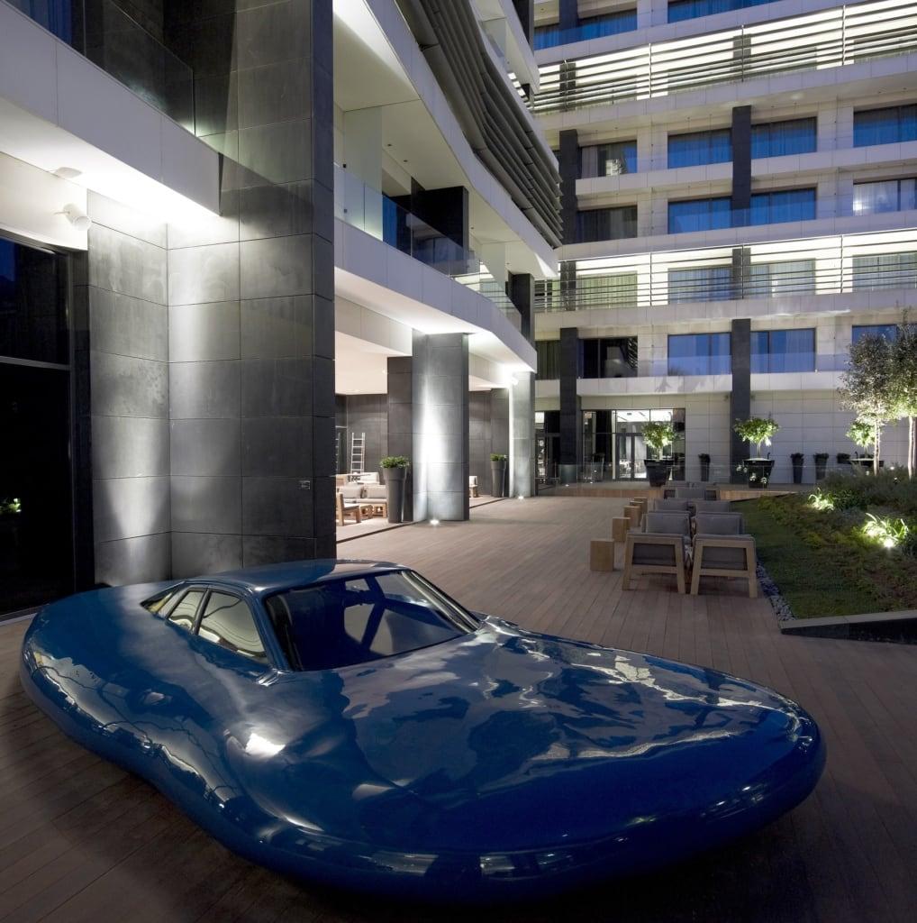 Im Innenhof des Design Hotels The MET steht ein verschmolzener Porsche aus den 30er Jahren.