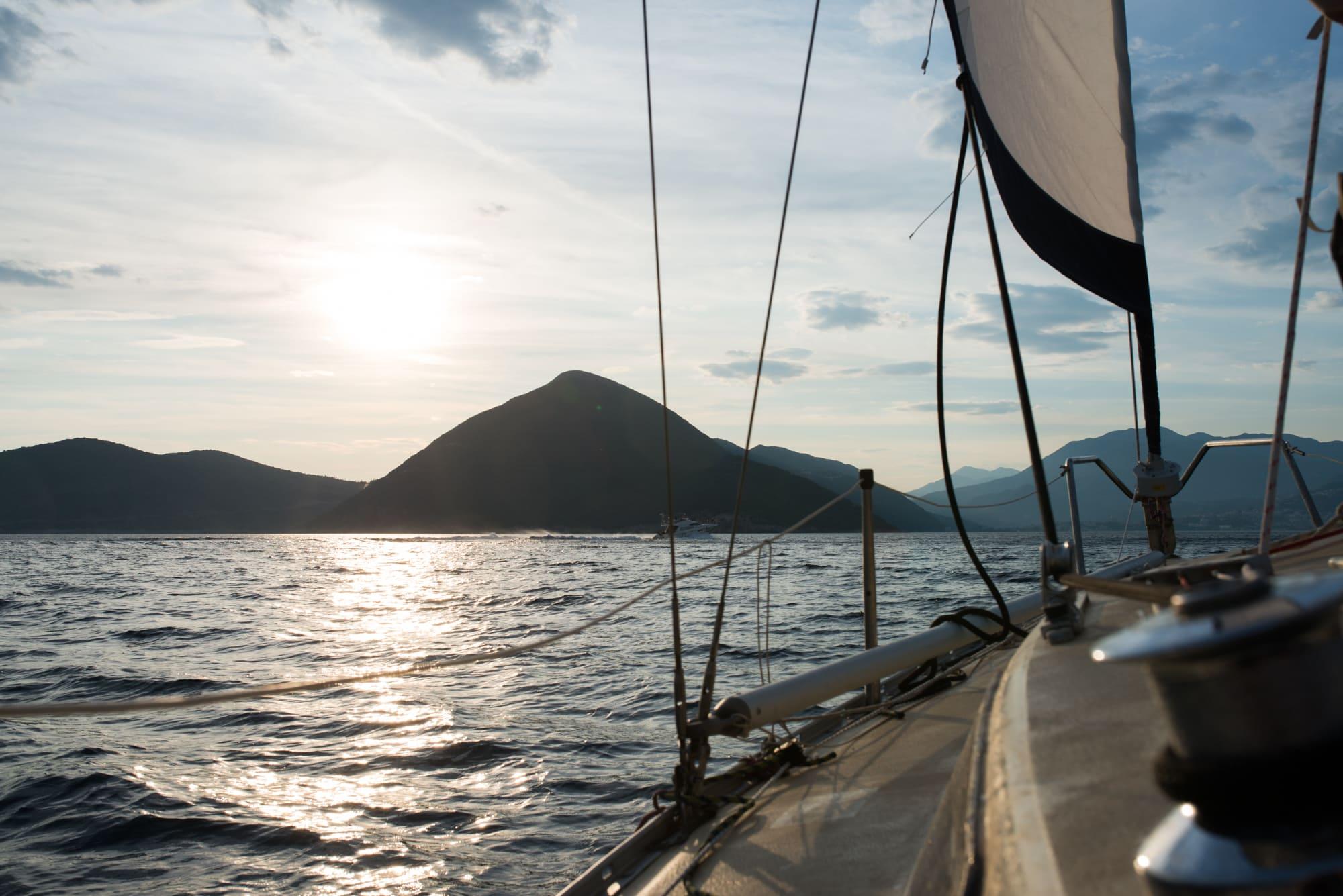 Ein Segelboot auf dem Meer bei Sonnenuntergang