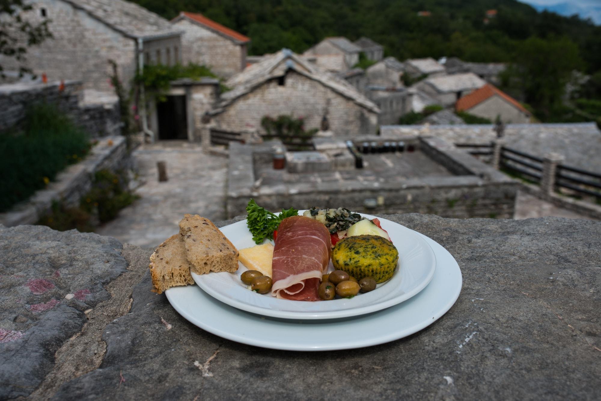Vorspeisenteller mit Schinken, Oliven, Brenesselmuffin in Steindorf