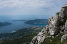 Klippen hoch oben über dem Meer mit Panorama
