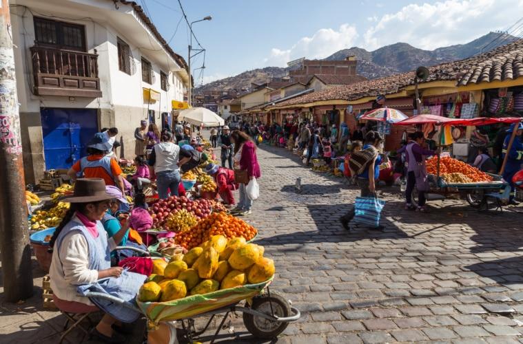 Bunter peruanischer Markt mit Frauen