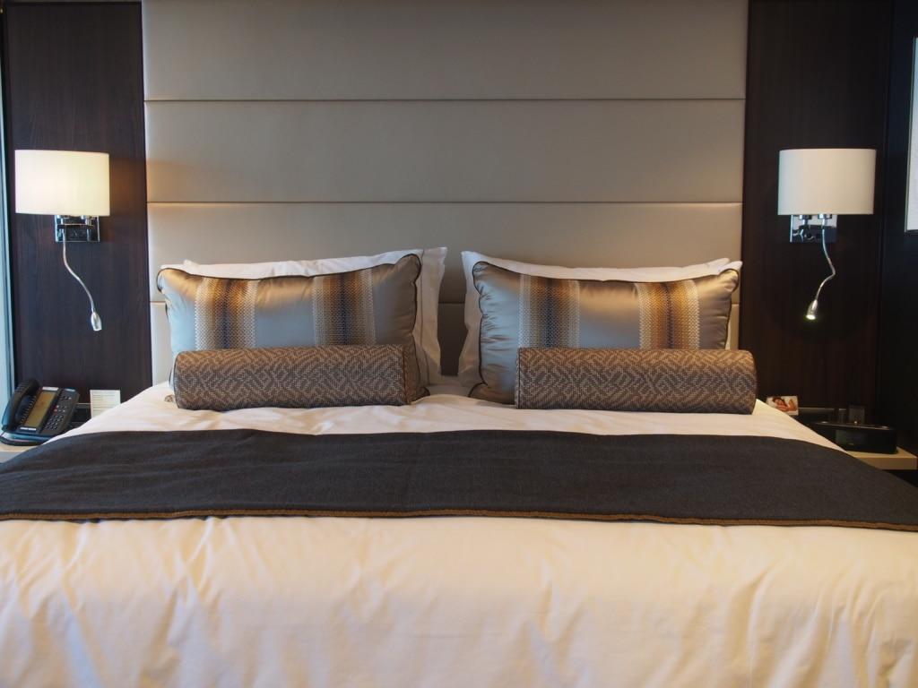 Bett in einer Suite auf der Norwegian Bliss