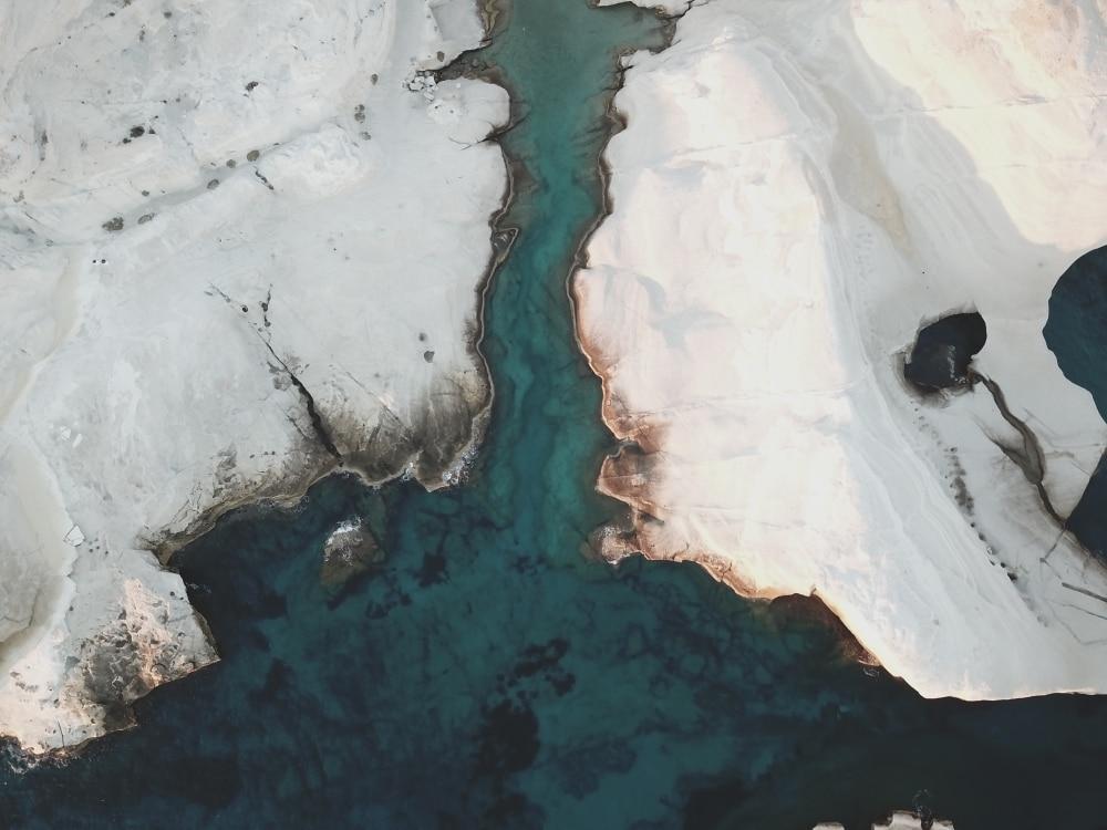Kalkfelsen un sattblaues Wasser aus der Vogelperspektive