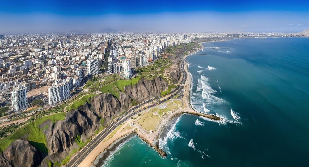 Lima von oben mit den Hochhäusern Miraflores und Küste