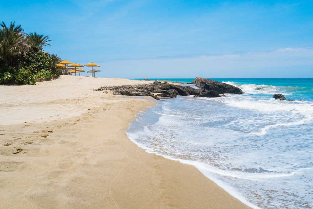 Feiner Sandstrand von Mancora direkt am Meer