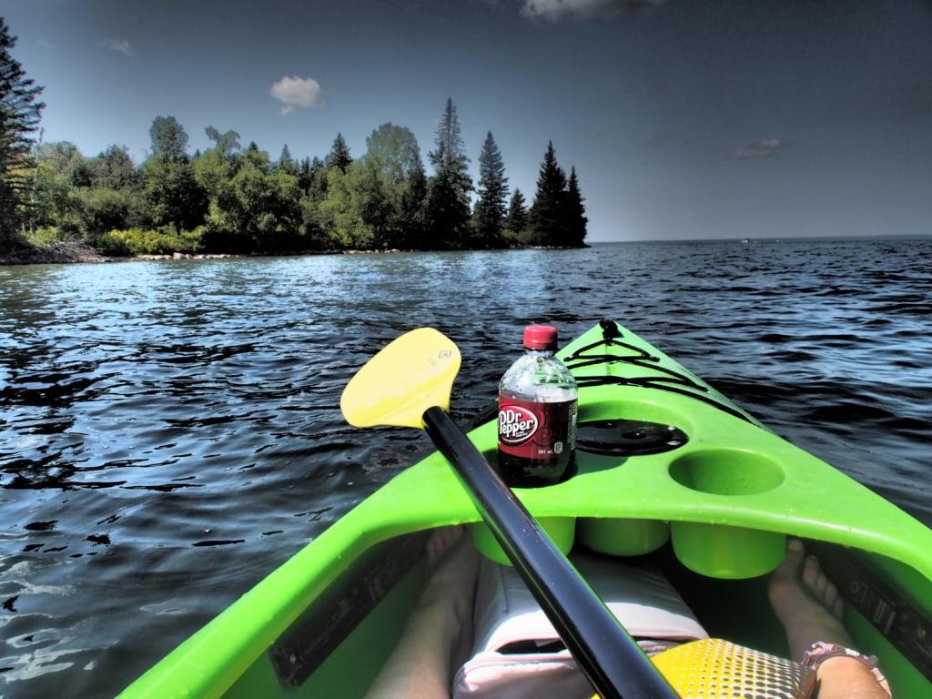 Einst fuhren die First Nations mit ihren Kanus über den See, heute nur noch Urlauber.