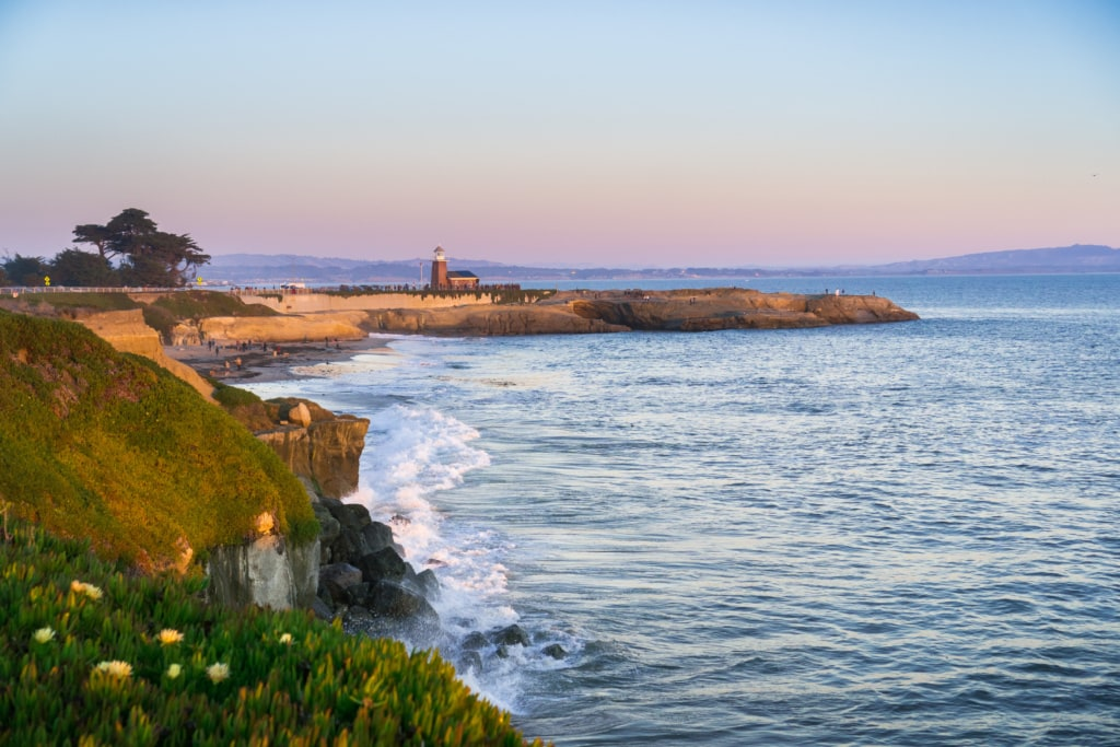 Die Küste von Santa Cruz ist rau - und bietet beste Vorraussetzungen zum Surfen.