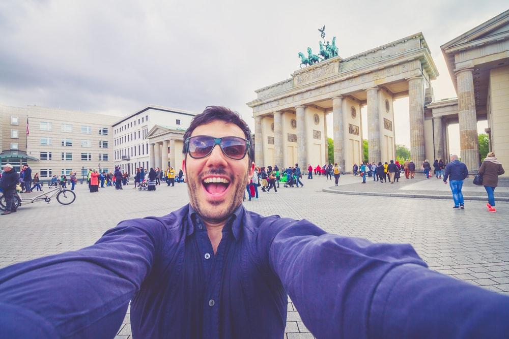 Selfie vor dem Brandenburger Tor in Berlin