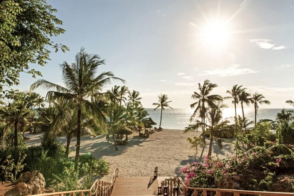 Blick auf den mit Palmen gesäumten Strand des Zuri Sansibar