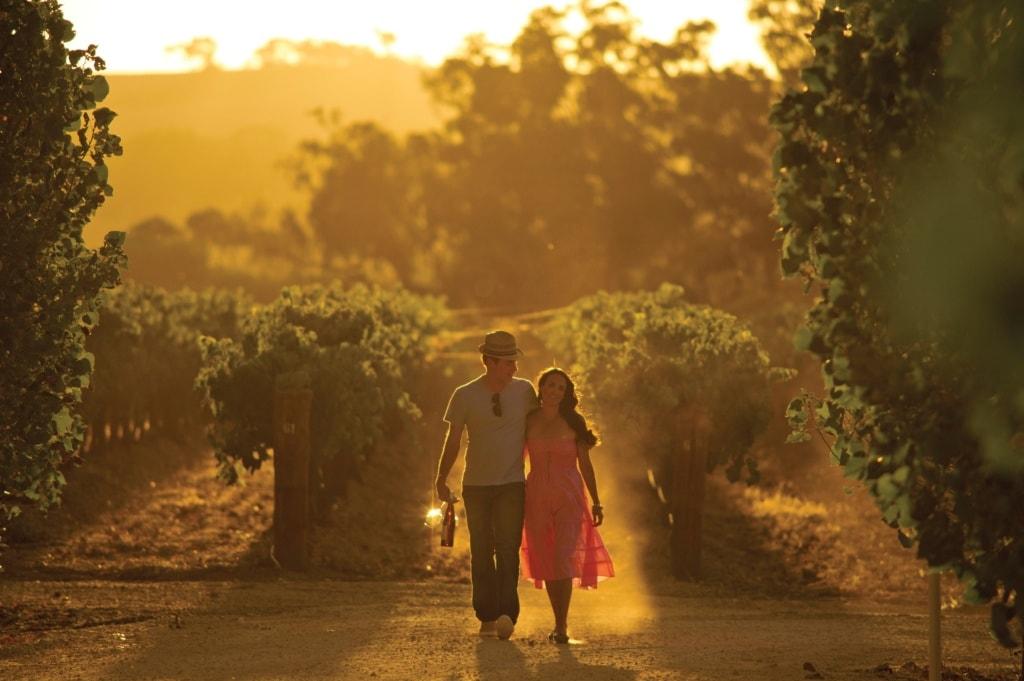 Paar im Weingut im Clare Valley in Australien