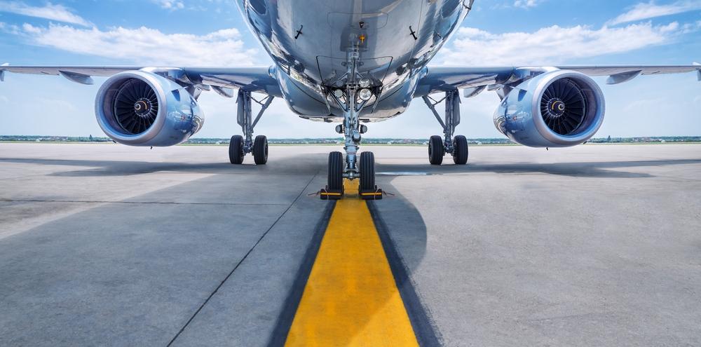 Flugzeug von unten auf Landebahn
