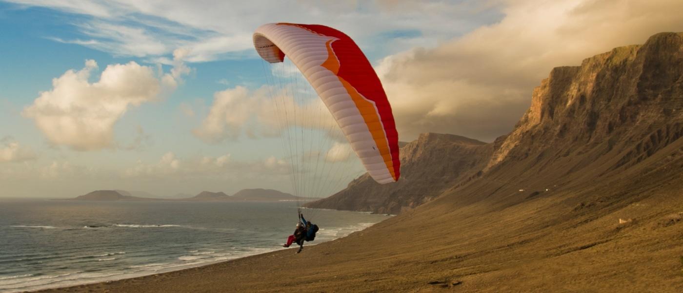 Gleitschirmflieger auf Lanzarote