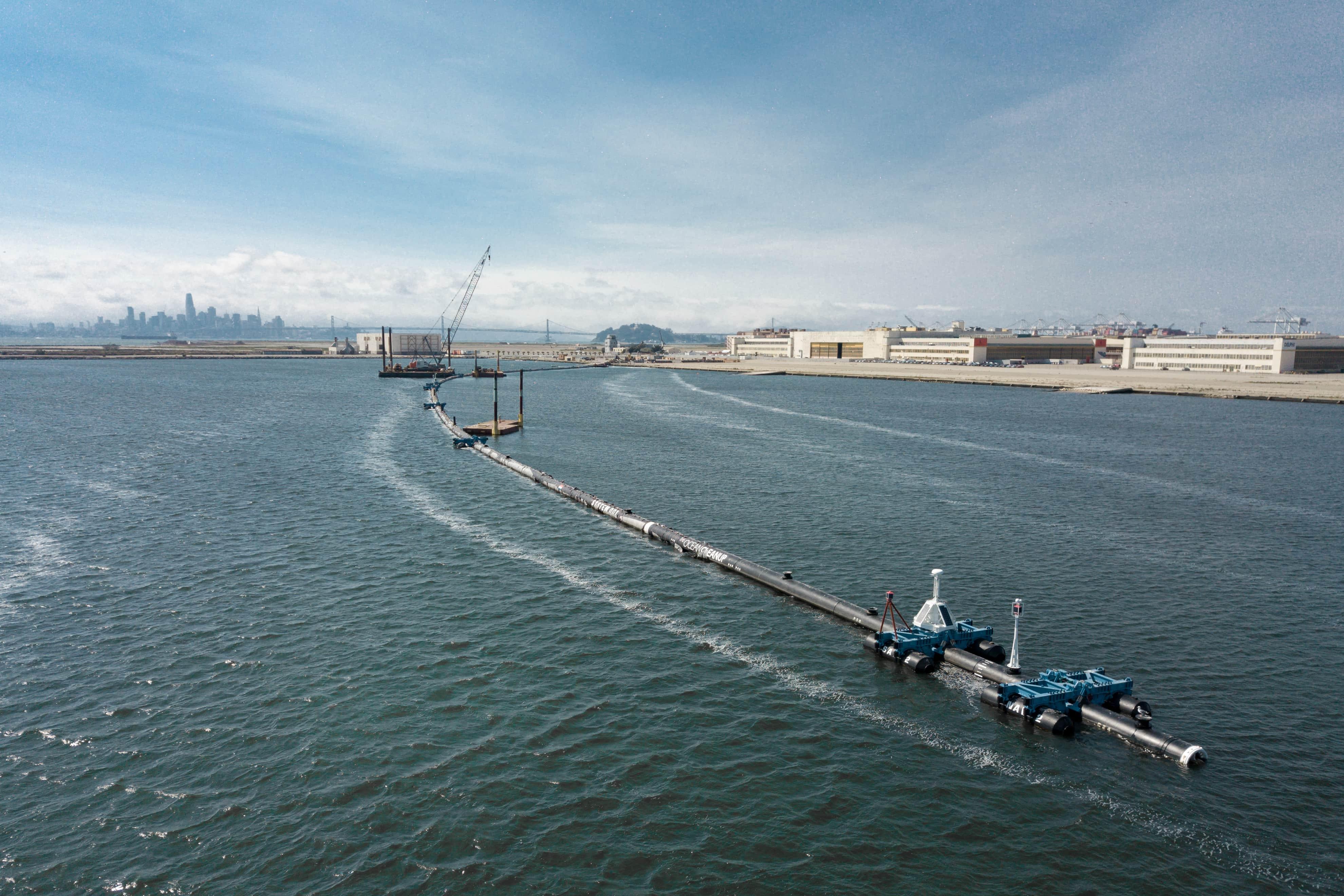 Pipeline aus Rohren im Meer mit Kränen