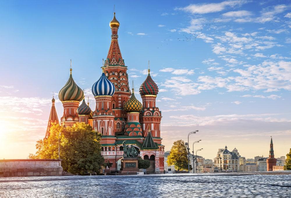 Die Bunten Zwiebelürme von Moskau vor Wasser und blauem Himmel