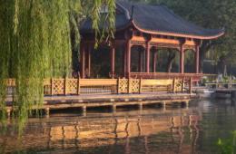 Schwimmender Pavillon mit Spiegelung in Wasser