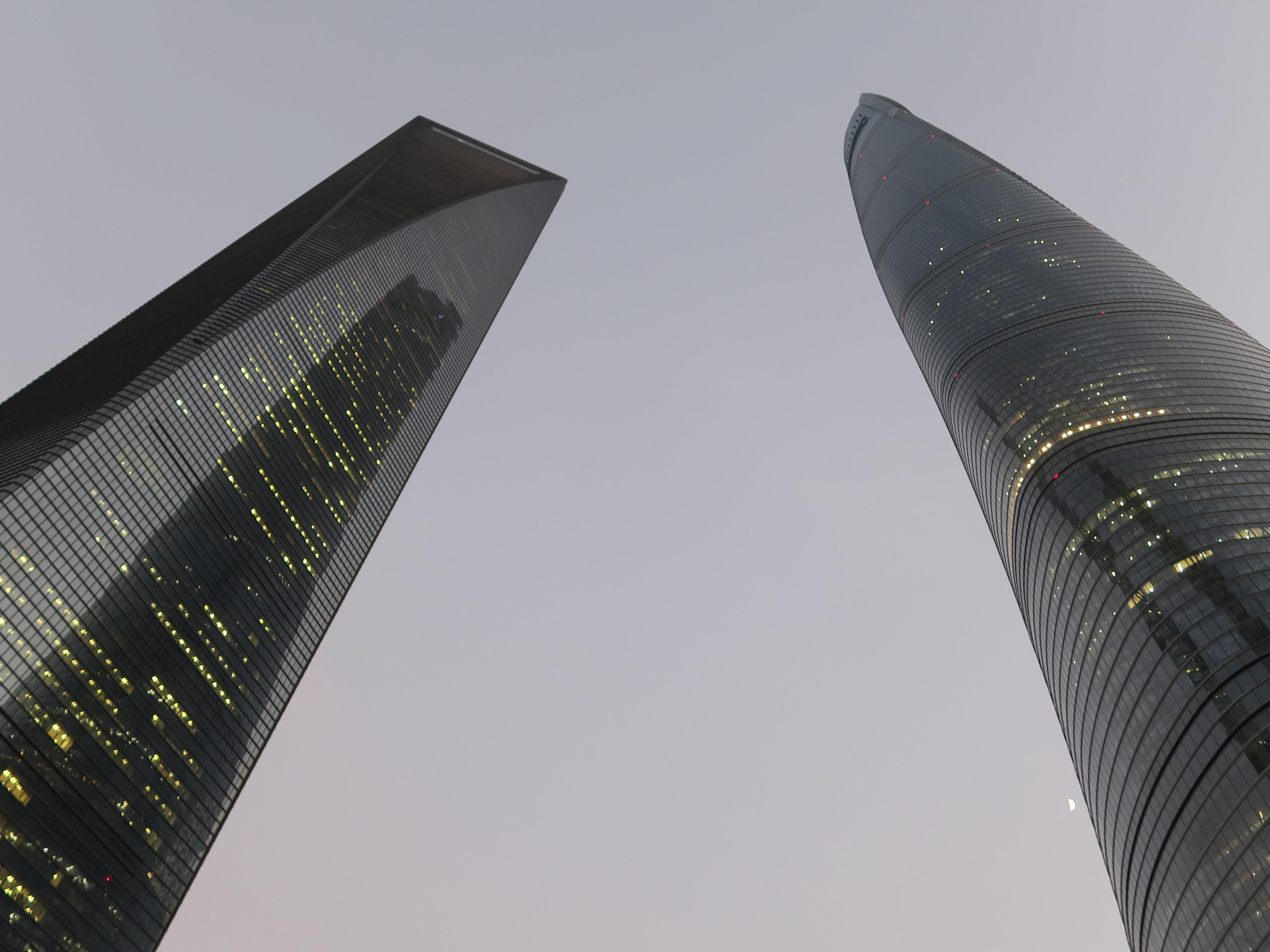 Zwei moderne Wolkenkratzer aus der Froschperspektive
