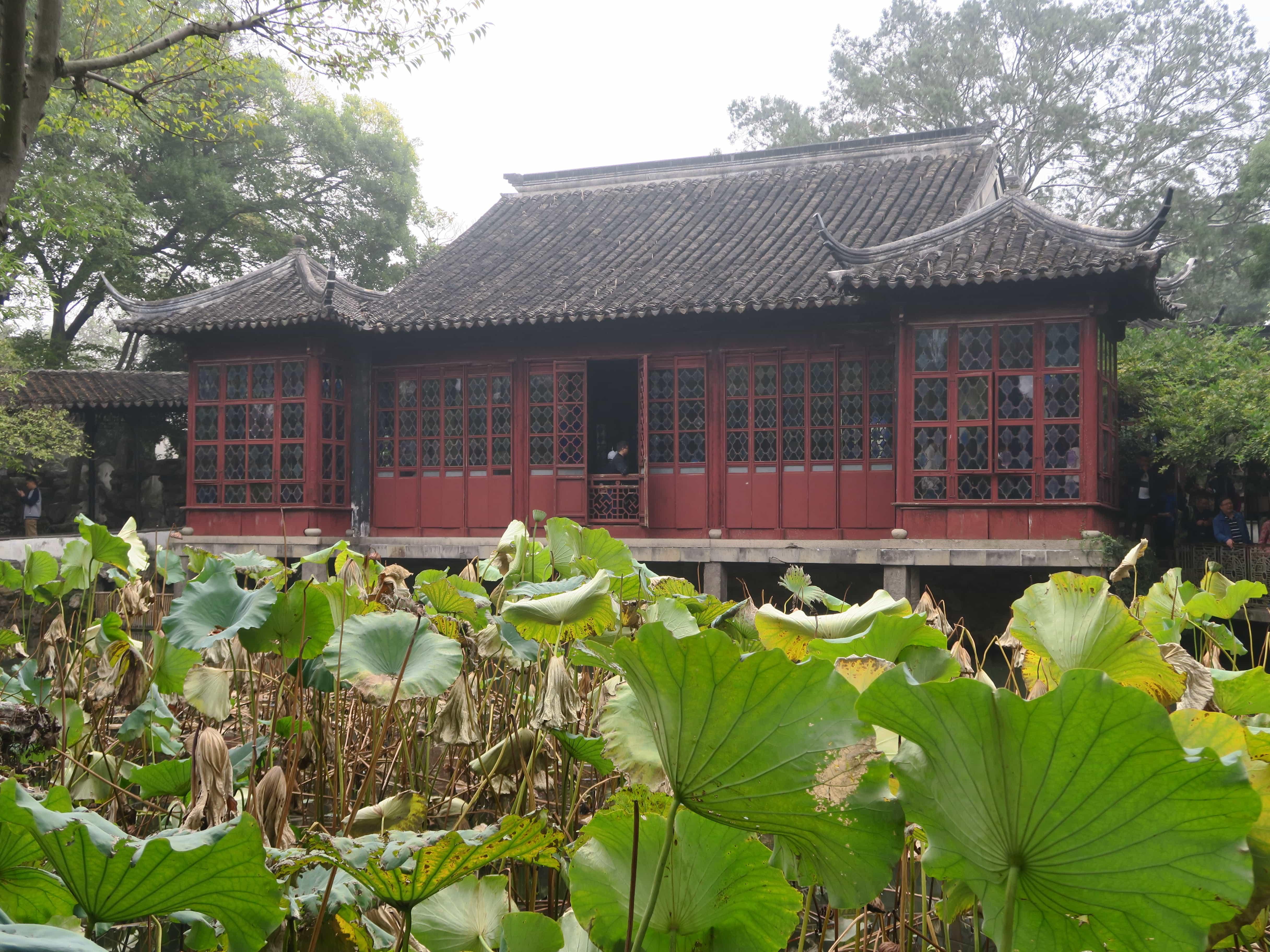 traditioneller, roter Pavillon vor Ginkoblättern