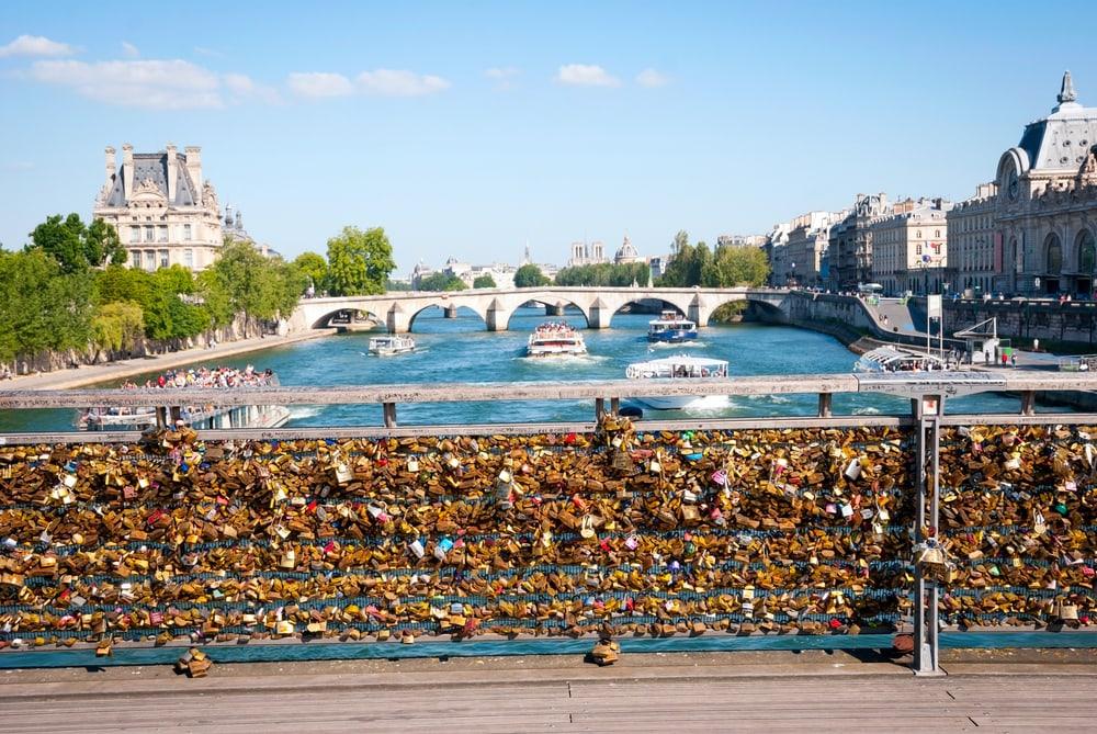 Pont des Arts in Paris mit Blick auf die Seine und die Liebesschlösser